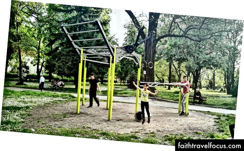 Typická vonkajšia telocvičňa v parku, ktorú používajú ľudia všetkých vekových skupín
