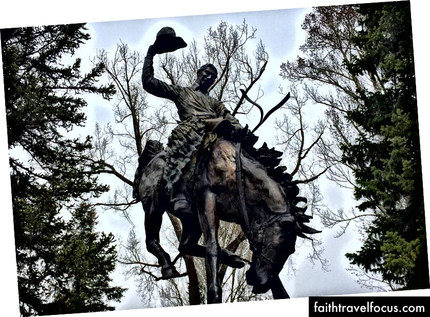 I Wyoming ser du många konstverk som visar män som rider hästar som har sina peningar bundna i knutar.