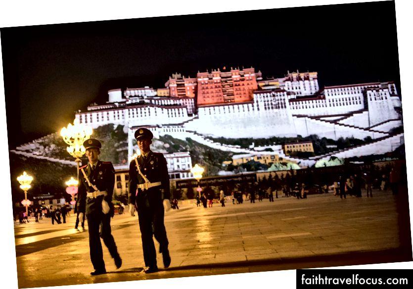 Dua anggota polis paramililtari rondaan di hadapan Istana Potala yang ikonik di ibu kota serantau Lhasa, di Wilayah Autonomi Tibet China. (Foto: Johannes Eisele / AFP / Getty Images)