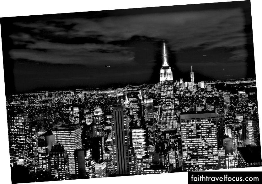 Pe un acoperiș dintr-un oraș