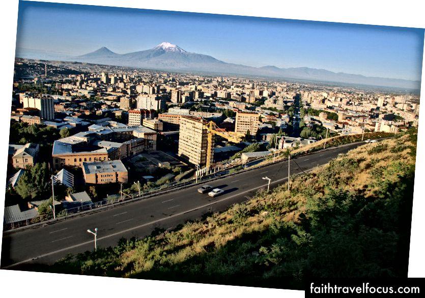 Восход солнца над Ереваном, столицей Армении, на фоне горы Арарат.