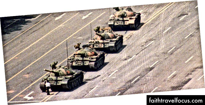 Fotografia da Praça Tiananmen em 4 de junho de 1989 [fonte: Charle Cole (em inglês)]