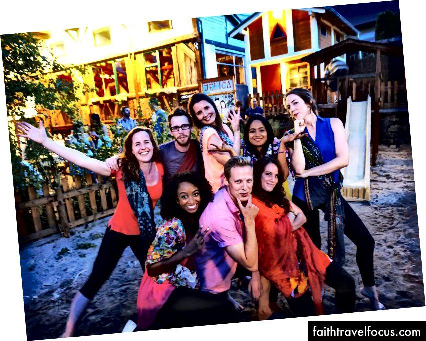 Deň na diaľku Darien, ktorý predvádza svoje bollywoodske tanečné zručnosti na pražskej rozlúčkovej akcii