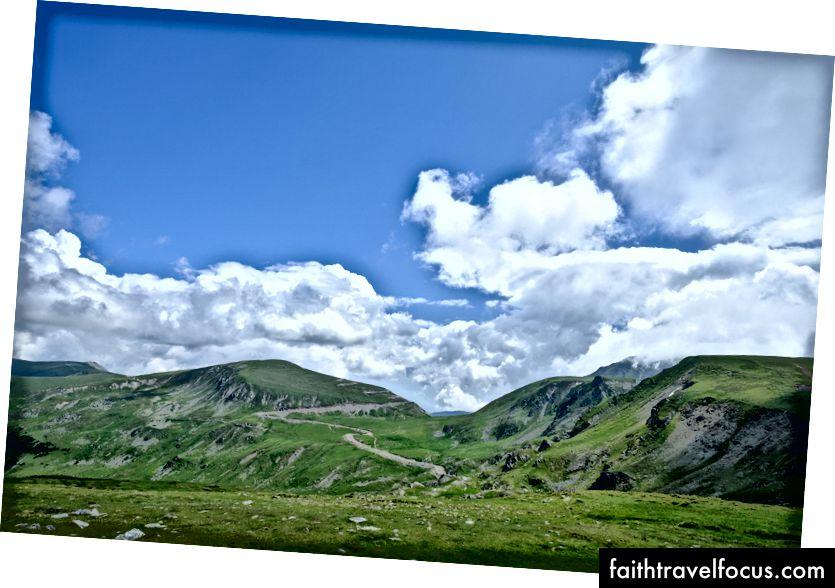 Foruten motorveien slynger gårdsveiene seg også over fjellene. Fujifilm X-Pro 2 + 14mm: 1/1600 @ ƒ / 4, ISO 400