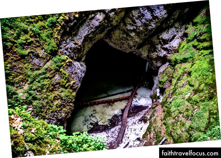 Залеђена уста пећине Сцарисоара ткала су доле. Фујифилм Кс-Про 2 + 14мм: 1/60 @ ƒ / 4 ИСО 2500