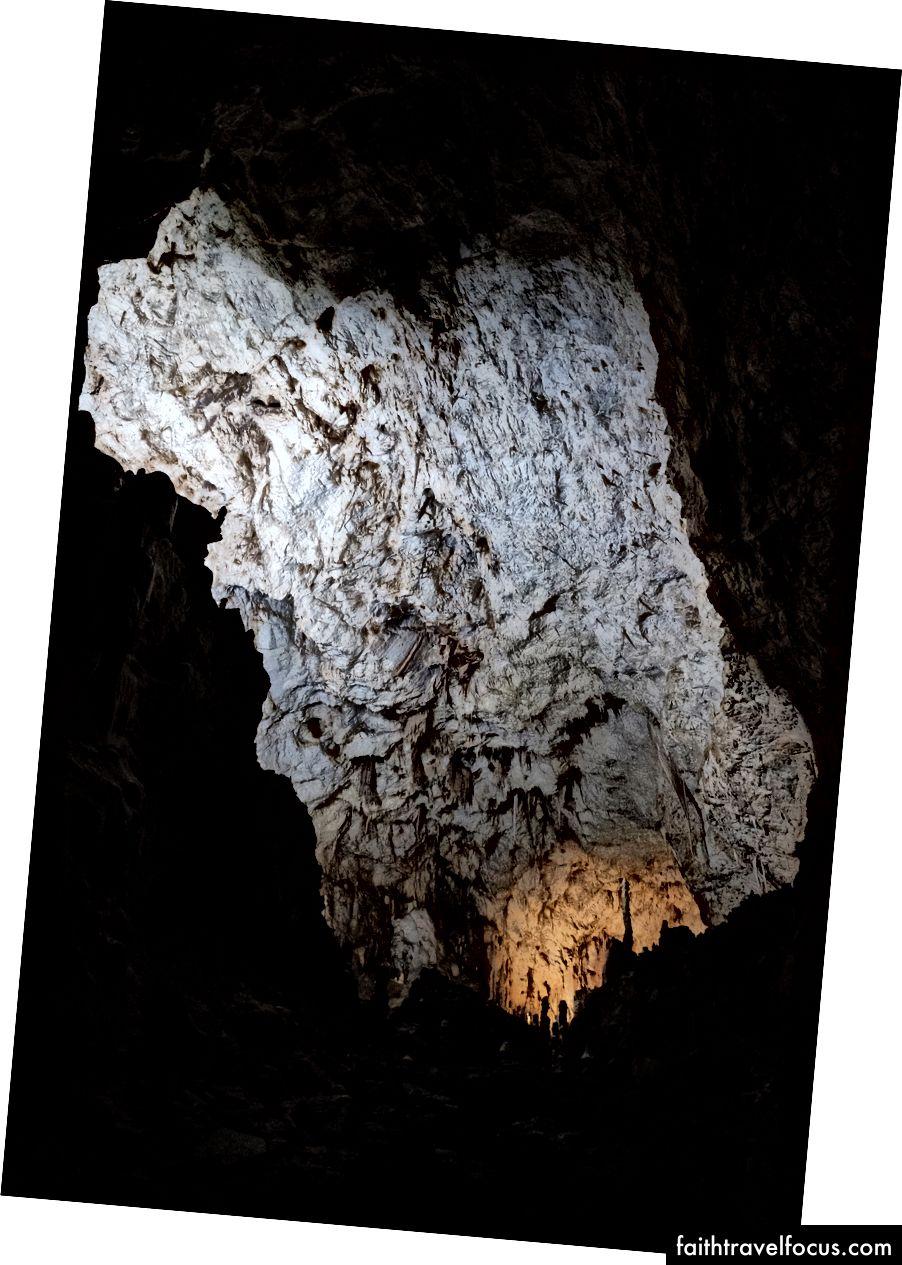Stalagmitten nær det oransje lyset er like høy som jeg er. Det tar omtrent ti år før en eneste centimeter kalkstein samler seg. Fujifilm X-Pro 2 + 14mm: 1/18 @ ƒ / 2.8 ISO 6400