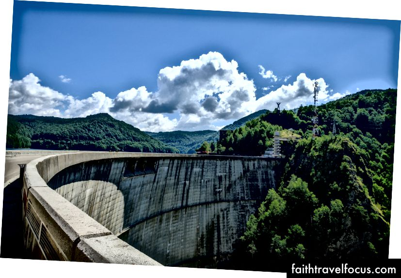 Vidraru-dammen er mer enn 500 fot høy, og er en av de største i Europa. Fujifilm X-Pro 2 + 14mm: 1/300 @ ƒ / 7.1 ISO 400
