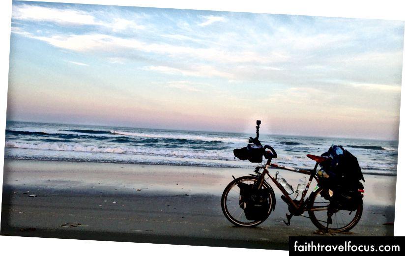 Sykler på stranden for å bli med Virginia Beach fra North Carolina