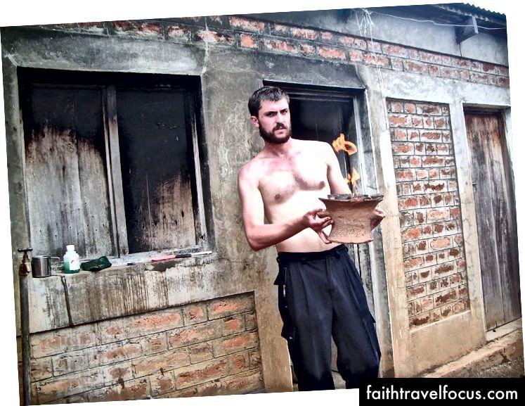 Ta en titt på denne tøffe mannen som forbereder middag til deg på hyttens utekjøkken.