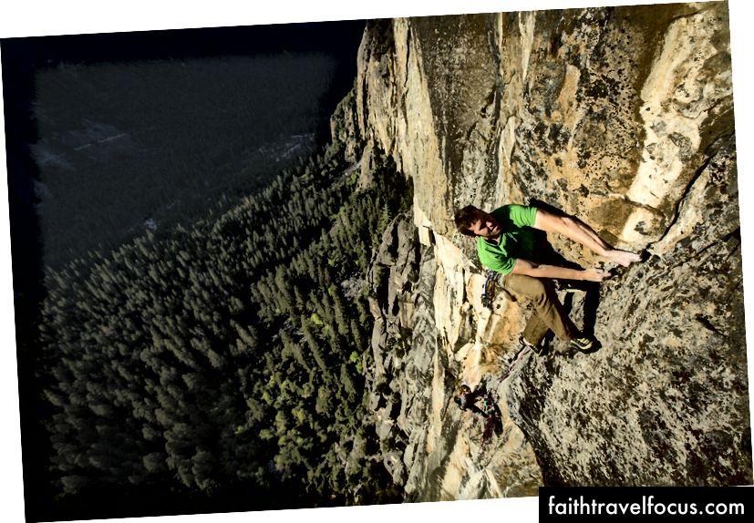 James สร้างเส้นทางฟรีใหม่ 900 ฟุตใน Yosemite ภาพถ่ายโดย Mikey Schaefer