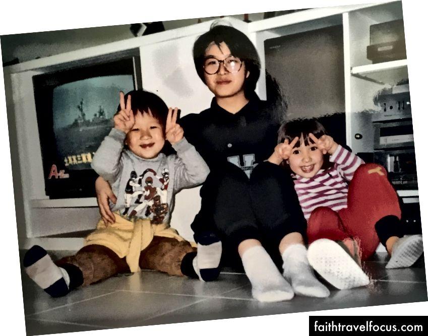 (Trái) Dianna, Tony và tôi cùng mẹ và các dì. (Phải) Dì của tôi Aiti và Dianna và tôi