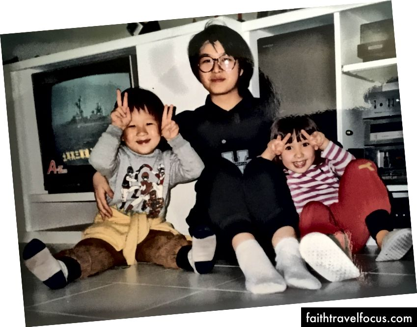 (Levo) Dianna, Tony in jaz z mamo in tetami. (Desno) Moja teta Aiti in Dianna in jaz