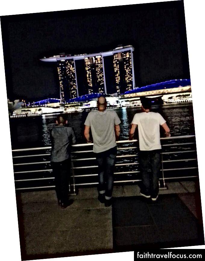 Tân Cương (trái) và Singapore (phải)