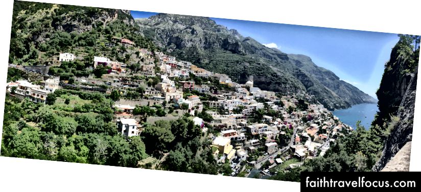 Куће које загрљују литице на обали Амалфија у Италији.