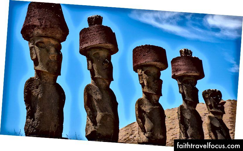 Vijf machtige moai, sportend de originele man-broodjes. (Blijkt dat dit geen hoeden boven op hun hoofd zijn, maar een traditioneel kapsel met een topknoop.)