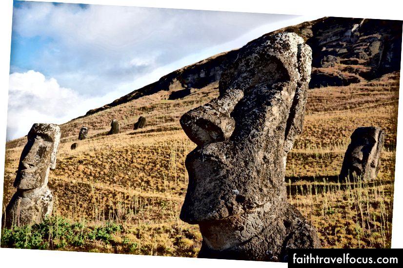 """Rano Raraku: """"fabrica"""" unde fiecare moai a fost sculptat timp de secole. Fapt puțin cunoscut: toate aceste capete au corpuri!"""