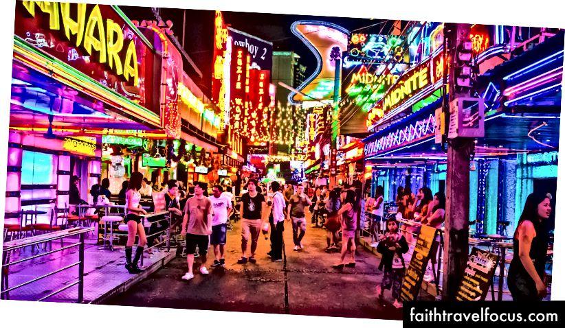 Soi Cowboy, krátka ulica s približne 40, väčšinou go-go, barmi, podobne ako Nana Plaza a Patpong