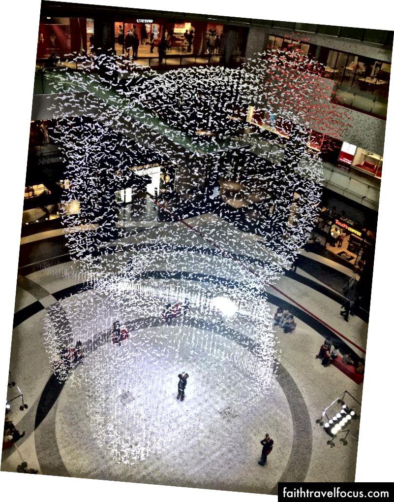 """"""" คิตตี้จัง"""" ขนาดใหญ่ทำจากริบบิ้นกระดาษในนิทรรศการปี 2014 ที่ Grand Front ของโอซาก้า (ภาพ: Omri Reis)"""