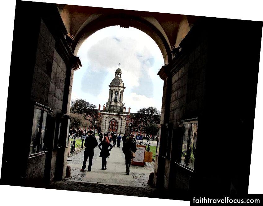 Het invoeren van de Campus, Trinity College, de herenhuizen begeleidend naar de hemel