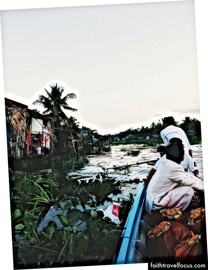 Chú rể và những món quà của mình tại Rạch Giá, Việt Nam - 2011