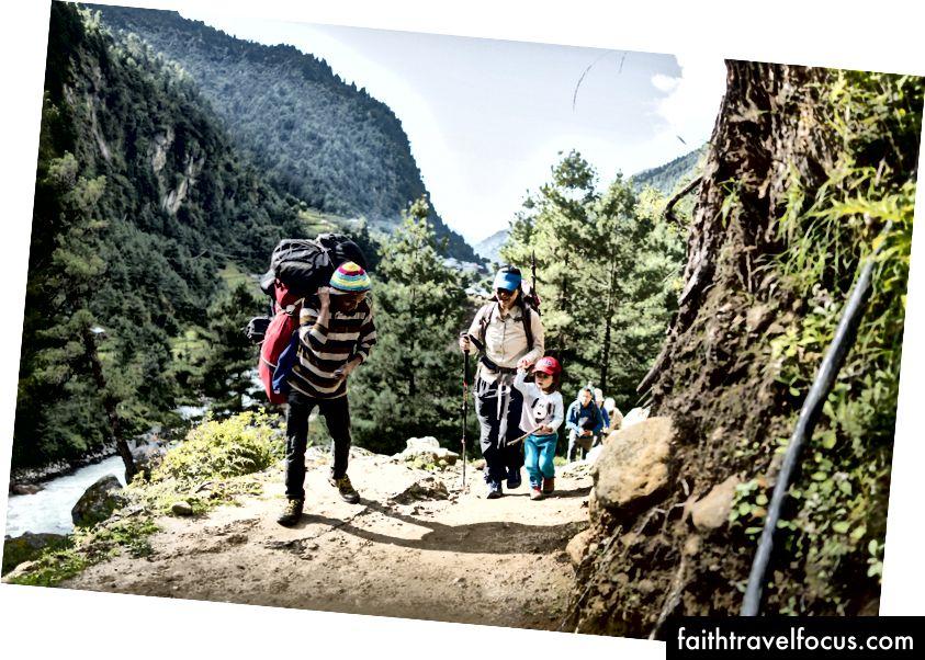 Een portier begroet Little Chow op de tocht naar Namche Bazaar, op een hoogte van 2900m.