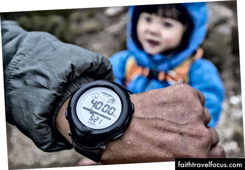 เราเดินขึ้นเขาใน Pangboche จนกระทั่งมันบอกว่า 4000m บนนาฬิกา