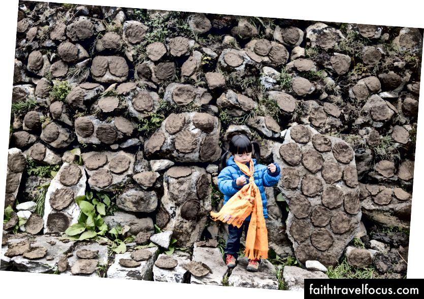 Little Chow maakte kennis met het concept van Yak-mest. Vies, misschien walgelijk, maar essentieel voor bergmensen als brandstof in de winter.