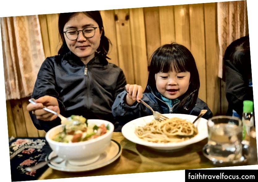 Little Chow houdt van haar anti-Atkins-dieet en eet elke maaltijd met veel enthousiasme.