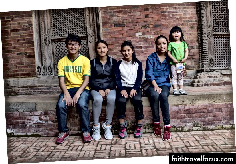 เชาเชาน้อยกับลูกเชอร์ปา Kama (คนที่สามจากซ้าย) อายุเท่ากันกับ Little Chow เมื่อฉันเห็นเธอครั้งสุดท้าย