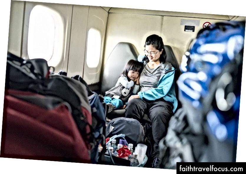 Op een propellervliegtuig tussen Lukla en Kathmandu. Ja, de bagage is letterlijk zo gestapeld.