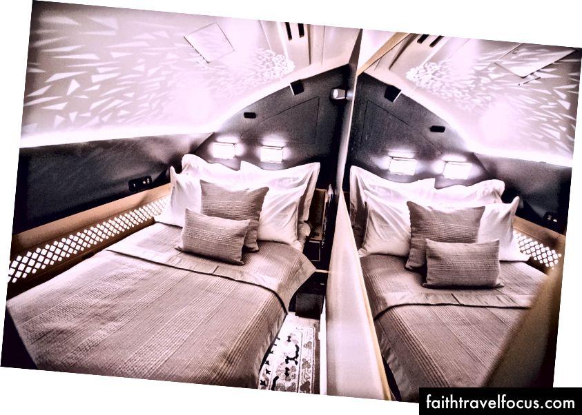 The Residence - Một phòng riêng phía sau ghế hạng nhất của bạn hoàn chỉnh với phòng tắm và vòi hoa sen cá nhân.