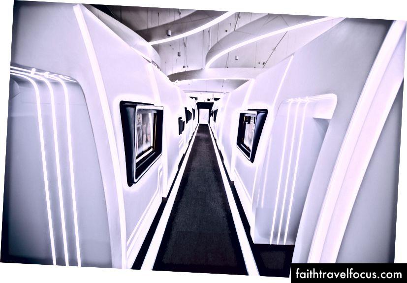 โถงทางเดินของห้องโดยสารจำลองของเอทิฮัด ไปทางซ้ายโบอิ้ง 777 ของเอทิฮัดทางด้านขวามือคือ A-380