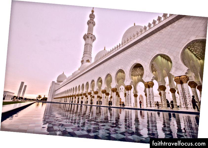 Grote moskee Sheikh Zayed. Mensen als mieren voor schaal.
