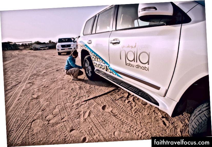 คนขับรถของเราปล่อยลมออกจากยางก่อนที่จะเข้าสู่เนินทราย