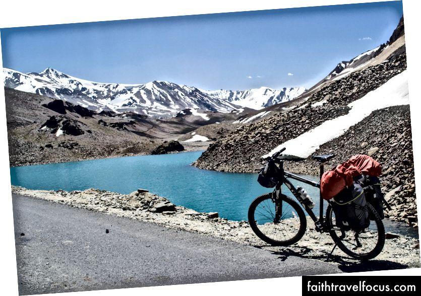 ทะเลสาบ Suraj Tal ใกล้กับ BaralachaLa Pass (รัฐหิมาจัลประเทศอินเดีย)