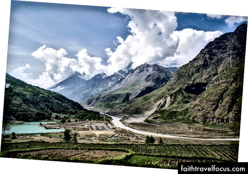 ฟาร์ม, ภูเขา, ทะเลสาบ, Helipad และแม่น้ำ Chandra - Sissu, Lahaul Valley, รัฐหิมาจัลประเทศ, อินเดีย