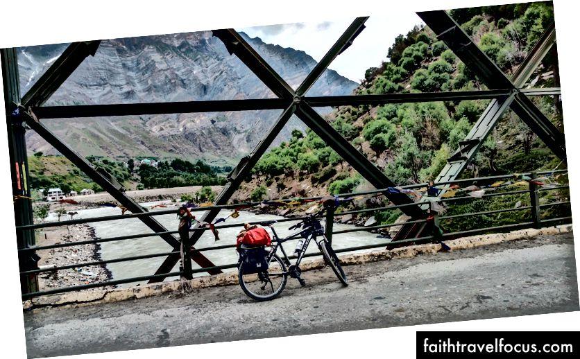 สะพาน Tandi เหนือแม่น้ำ Bhaga (7 กิโลเมตรก่อน Keylong)