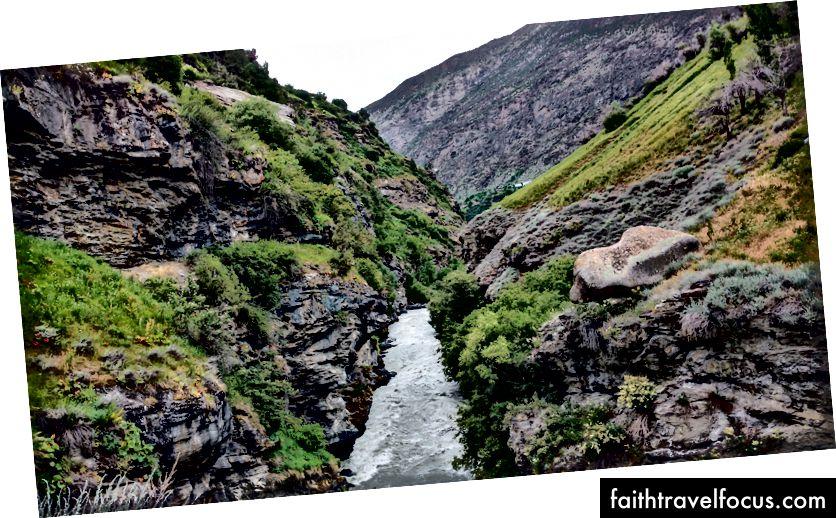การขึ้นเขาไปยังอาราม Khardang (L): สะพานข้ามแม่น้ำ Bhaga (R): แม่น้ำบากาไหลแรงเต็มที่