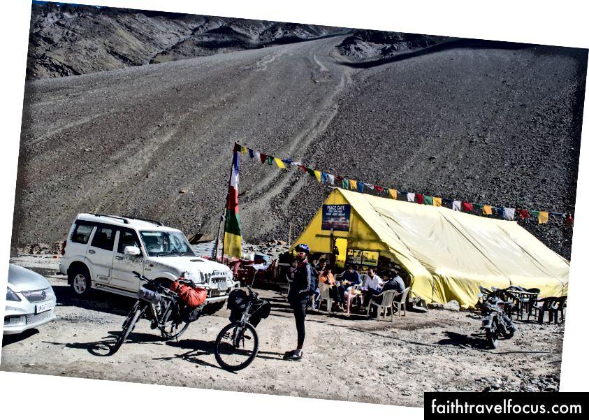 วันที่สดใสและสดใสที่ ZingZingbar การตั้งค่าโมเมนตัมสำหรับการปีนขึ้นสู่ BaralachaLa pass (4890 msl)