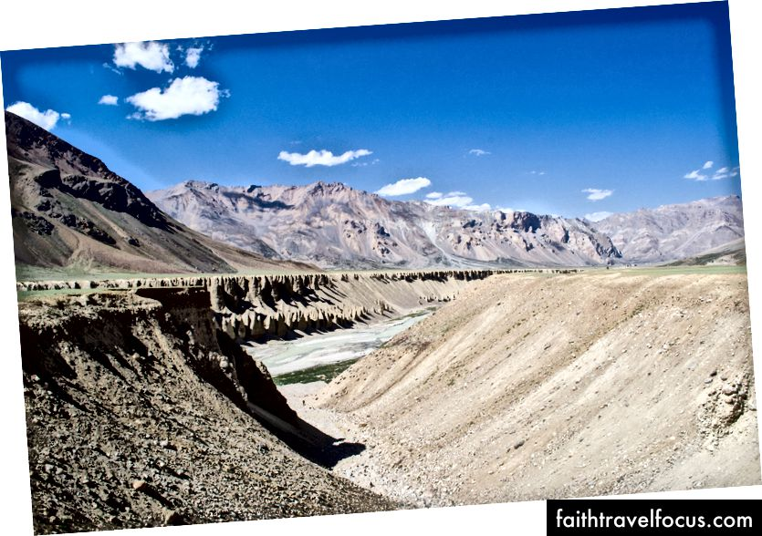 Tsarap Chu (แม่น้ำ) ที่ไหนสักแห่งใน Sarchu บน Himachal และ Ladakh