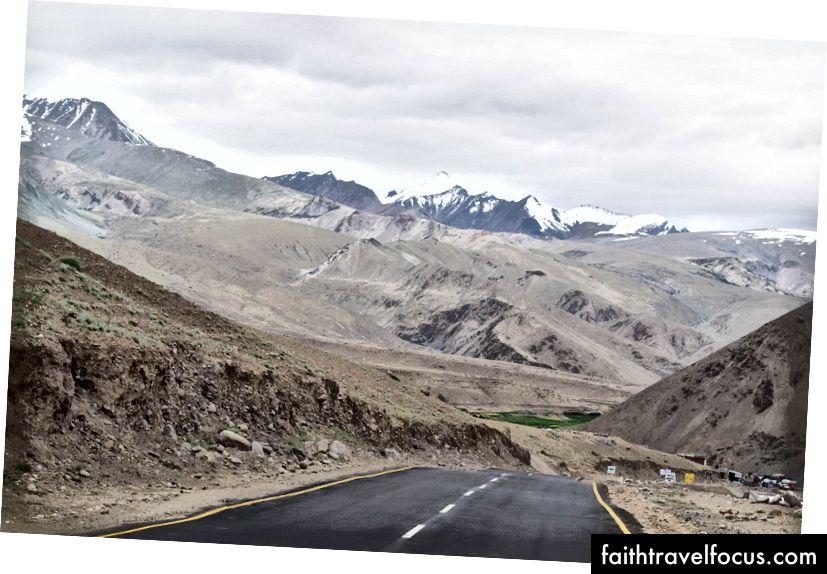 ถนนที่ยาวและคดเคี้ยว Rumtse, Ladakh, India