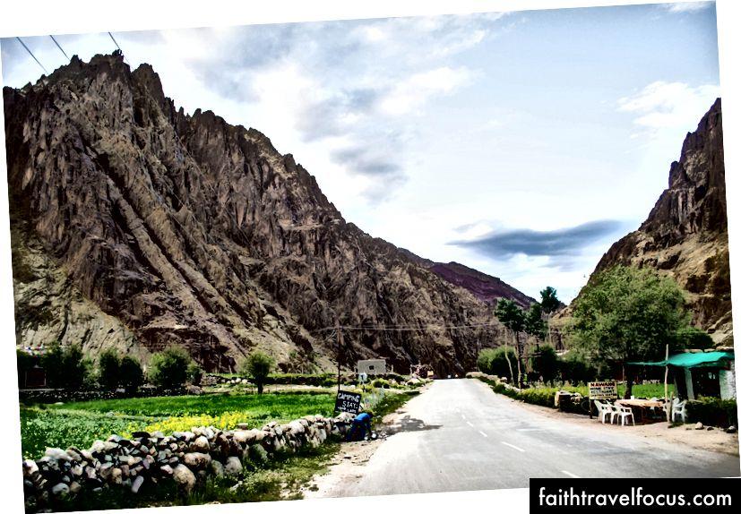 Село Лато, између Румтсе-а и Упсхи-а, Ладакх, Индија (аутопут Манали - Лех)