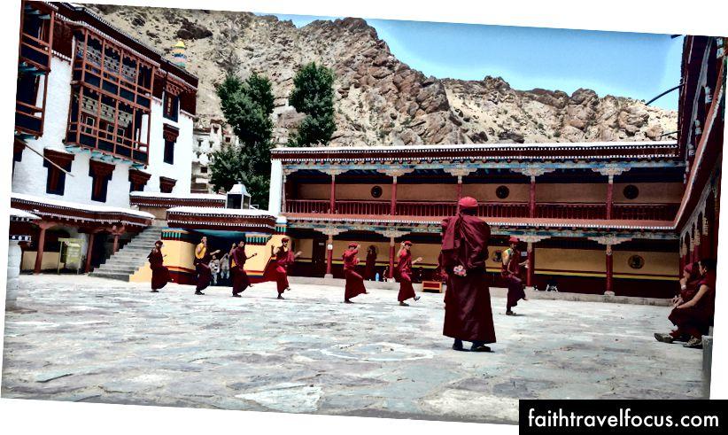 Монаси у манастиру Хемис увежбавају годишњи Фестивал хемиза