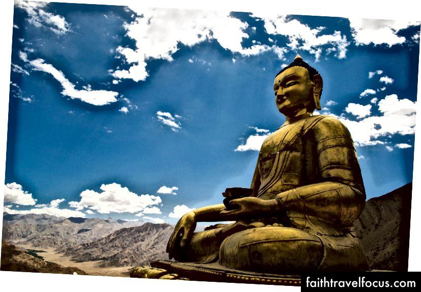 พระพุทธรูปตั้งอยู่บนยอดเขาที่วัดเฮมิส
