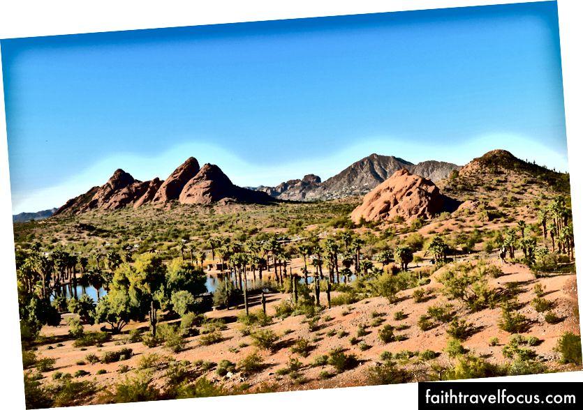 Táto fotografia bola urobená v blízkosti prvého guvernéra štátu Arizona George W.P. Huntova hrobka s horou Camelback, niektorými z Papago Buttes a jedným z umelých jazier parku, ktoré boli vidieť uprostred púštnych rastlín a paliem.