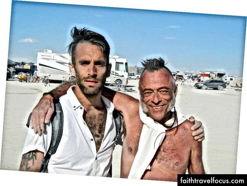 Tôi và Chad, một người bạn bất ngờ từ năm nay, Burning Burning Man. Chúng tôi tiếp tục chạy vào nhau và thậm chí đi chơi trong Exodus, sự chờ đợi kẹt xe để rời khỏi Burning Man.
