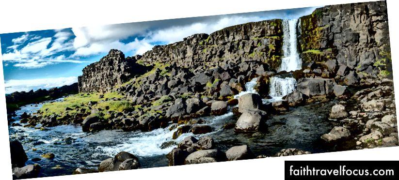 Öxarárfoss là một thác nước nhỏ nhưng đẹp rơi vào sườn núi giữa Đại Tây Dương (vâng, bức tường là một trong những mảng lục địa). Một bên là Âu Á và một bên là Bắc Mỹ và bạn đang đi giữa.
