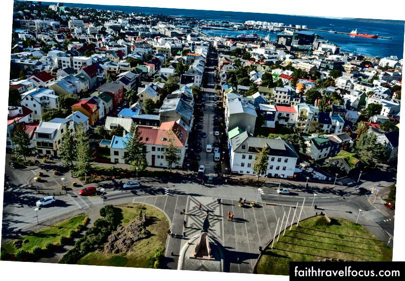 Thuyền neo đậu tại bến cảng gần Harpa. Những mái nhà đầy màu sắc ở Reykjavik khi nhìn từ đỉnh Hallgrimskirkja.