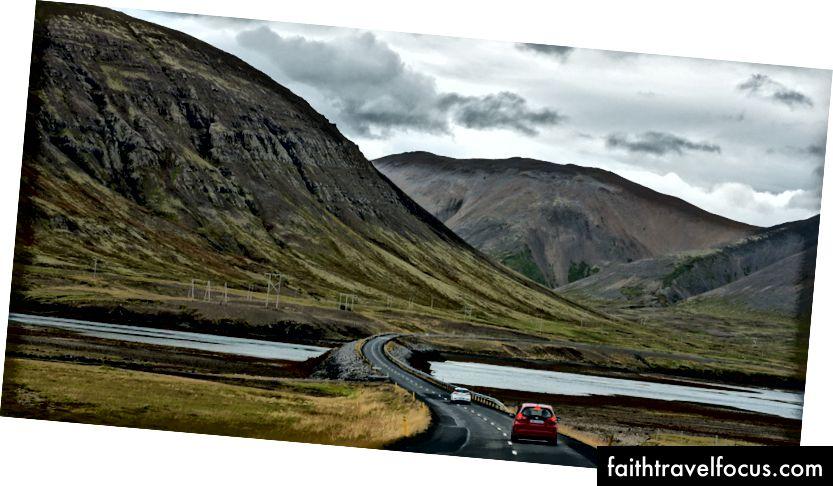 Phong cảnh ở Iceland rất giống với Alaska ở Mỹ. Không có nhiều cây cao, và những dòng sông băng nông tạo thành đồng bằng cát.