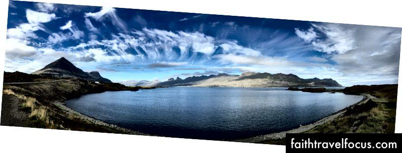 Các vịnh hẹp phía đông nhìn từ Berufjorður và một ngọn núi kim tự tháp gần như hoàn hảo ở bên trái.